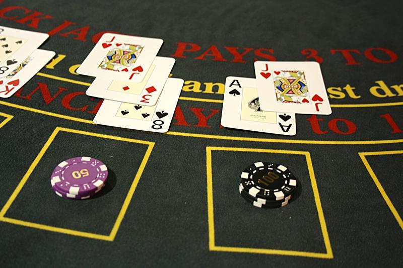 Karten und Chips auf dem Spieltisch